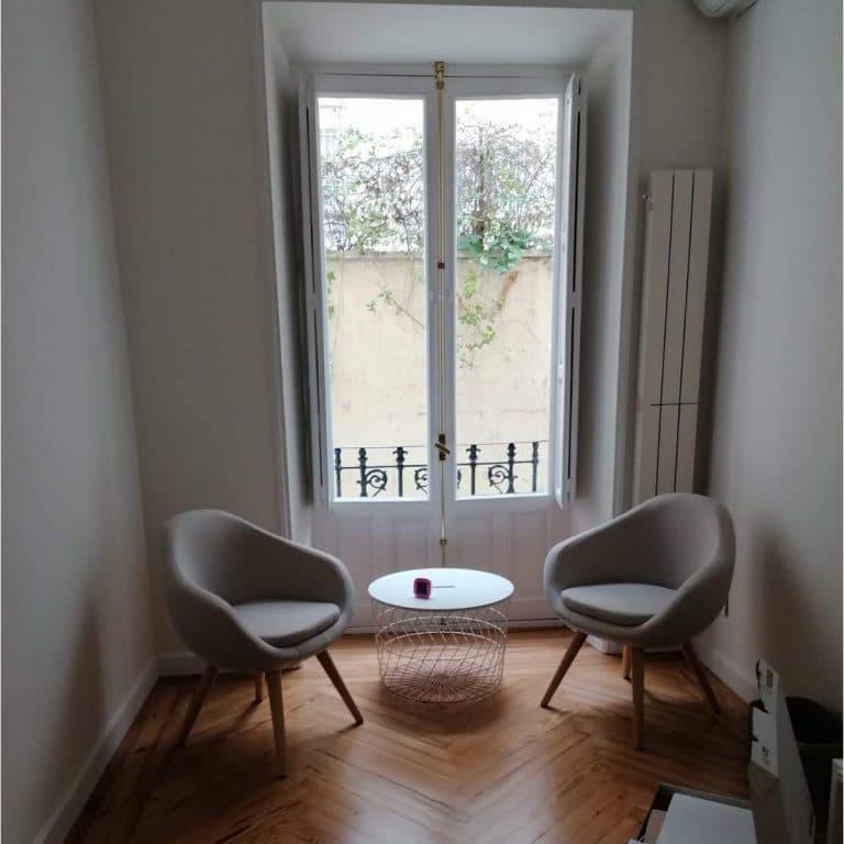 Consulta psicológica con dos sillas y ventana