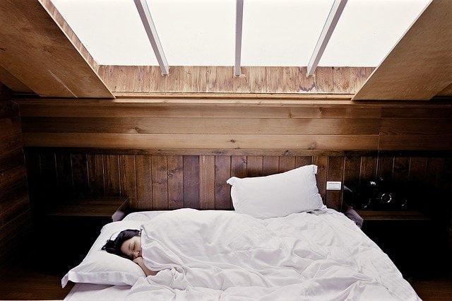 Mujer-durmiendo-en-cama