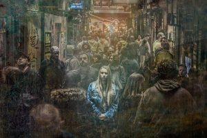 chica-sola-en-multitud