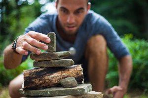 Hombre-concentrado-construyendo-dolmen