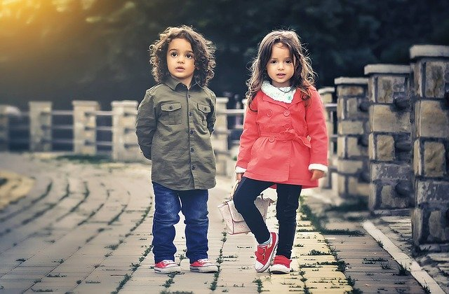 Niño y niña juntos