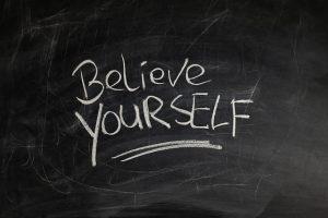 cree en ti mismo escrito en una pizarra