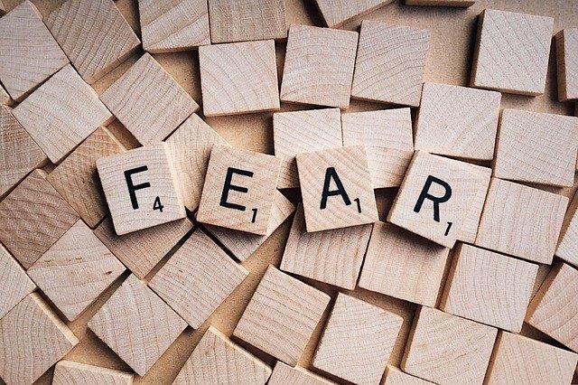 Palabra fear en fichas de madera