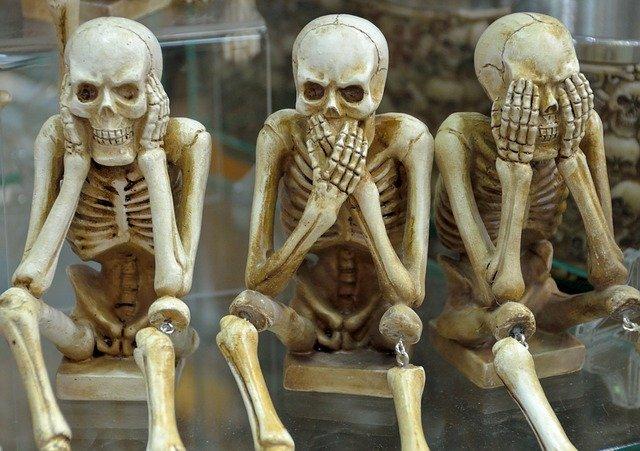 esqueletos-tapandose-boca-oidos-ojos