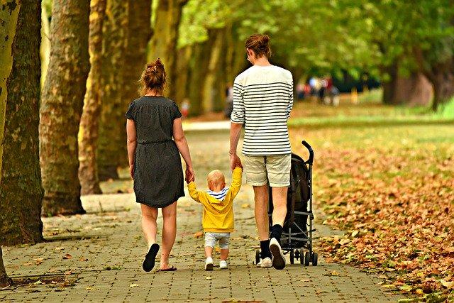 familia-paseando-parque